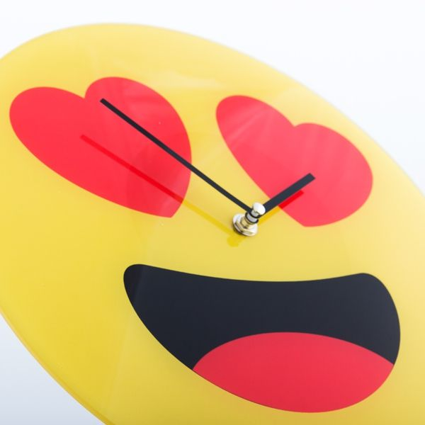 images/2hearts-emoticon-wall-clock.jpg